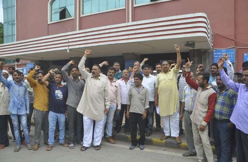 रेलवे स्टेशन पर ऑटो चालकों ने किया प्रदर्शन
