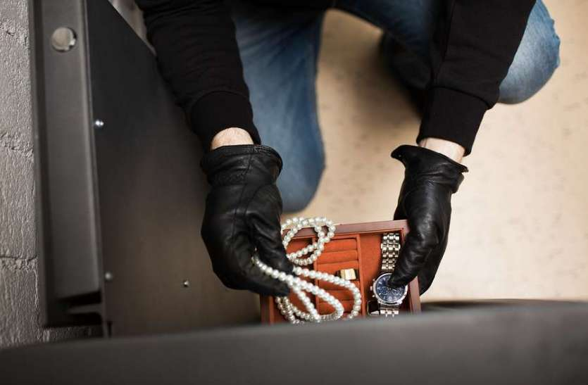 रिश्तेदारी में गया था परिवार, चोरों ने घर में लगा दिया झाड़ू