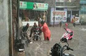जोधपुर में पानी के तेज बहाव में बहे वाहन, दुकानों में घुसा पानी