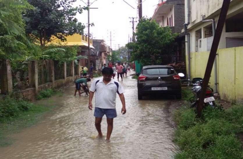 भूमिपूजन कर निर्माण कराना भूले, अब घरों में भर रहा पानी