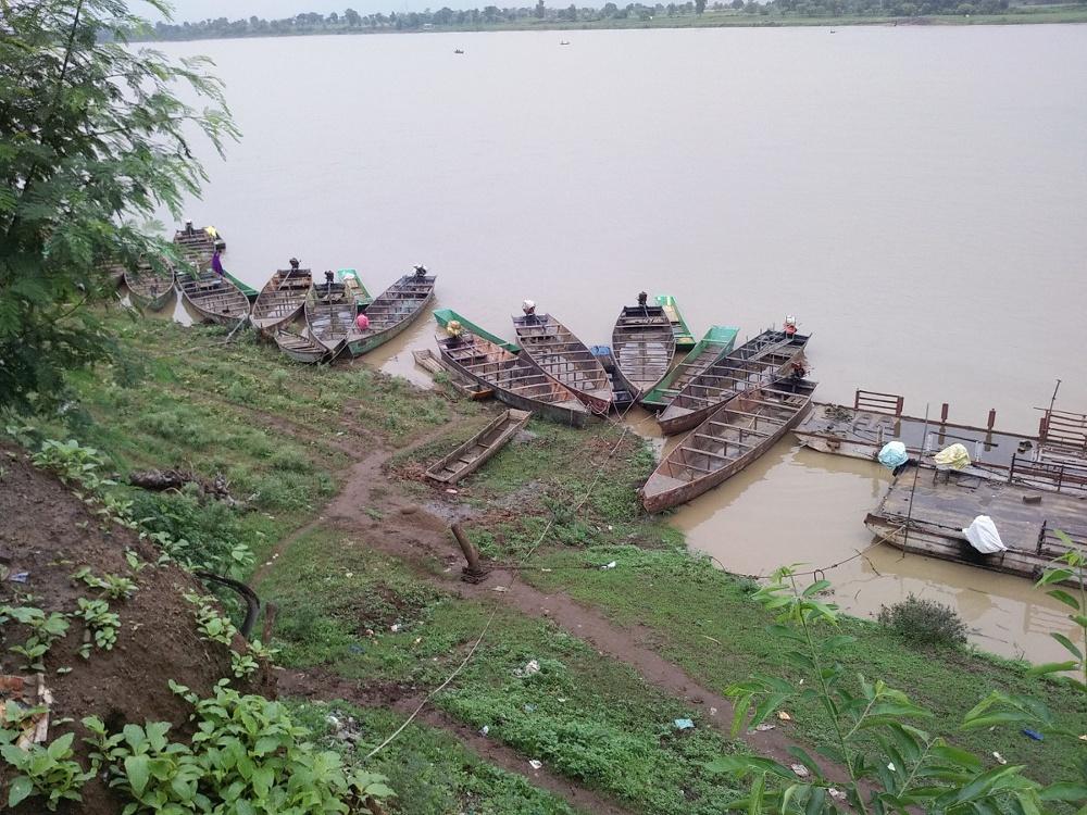 प्रतिबंध के बावजूद नर्मदा नदी में हो रहा मछलियों का शिकार