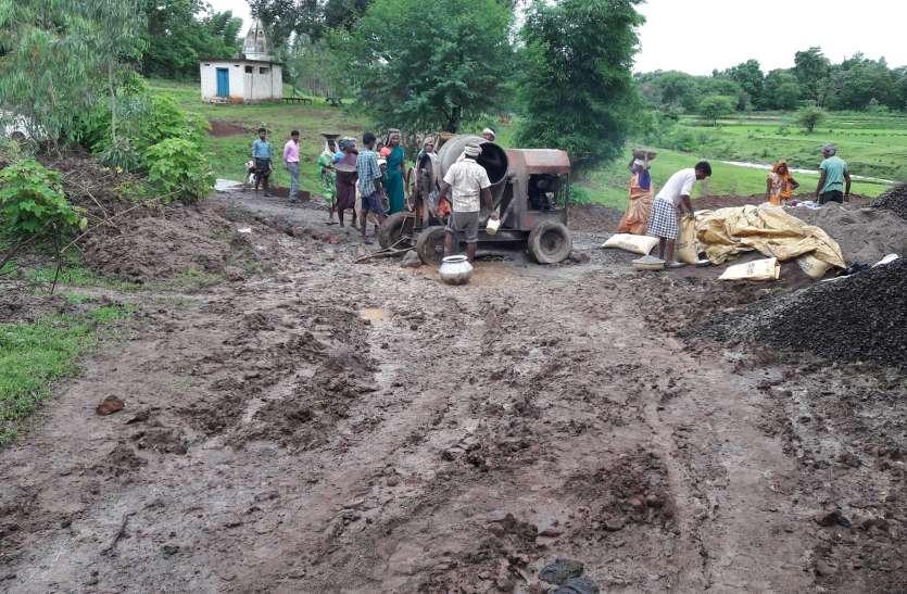 कीचड़ में बना डाली 8 लाख की पीसीसी सडक़, मापदंडों के विपरीत बन रहे सडक़ पर अधिकारियों की अनदेखी