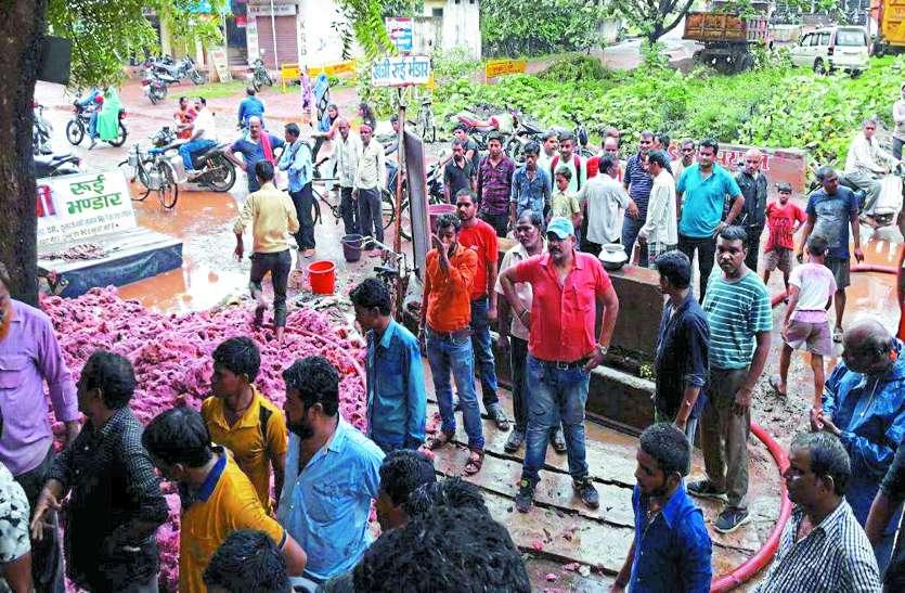 रजाई गद्दे की दुकान में लगी भीषण आग लोगों ने नाले से पानी डालकर पाया काबू