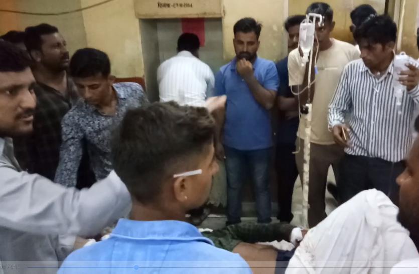 सड़क हादसे ने तीन जनों को पहुंचाया अस्पताल, चीखें सुनकर बचाने को दौड़े राहगीर