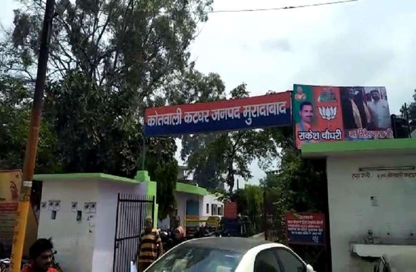 सत्ता की हनक: देखिये कैसे भाजपा नेता ने थाने के नाम के साथ लगा दिया अपना होर्डिंग