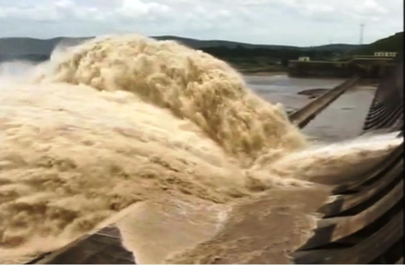 ओडिशा में बाढ़ की आशंका,अलर्ट जारी,पानी से लबालब हुआ हीराकुंड बांध,गेट खोल छोड़ा जा रहा पानी