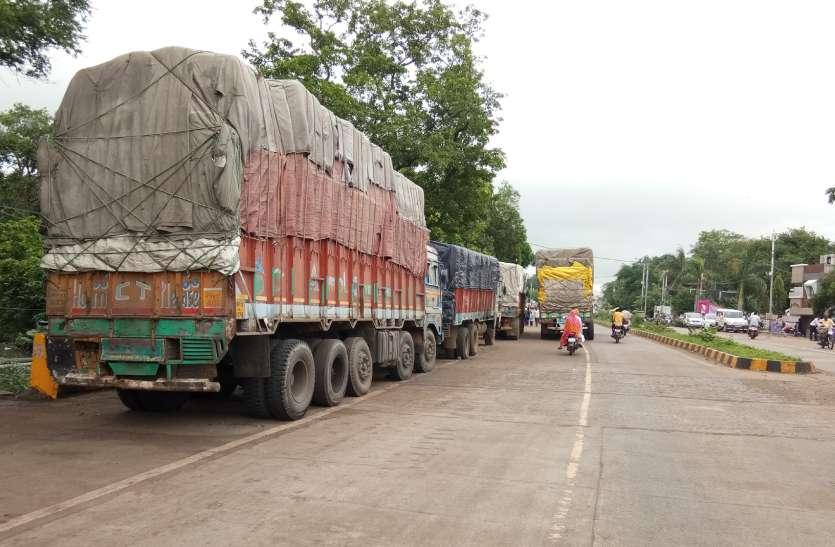 हड़ताल...ट्रकों के चक्के थमते ही थम गई ट्रांसपोर्ट की रफ्तार