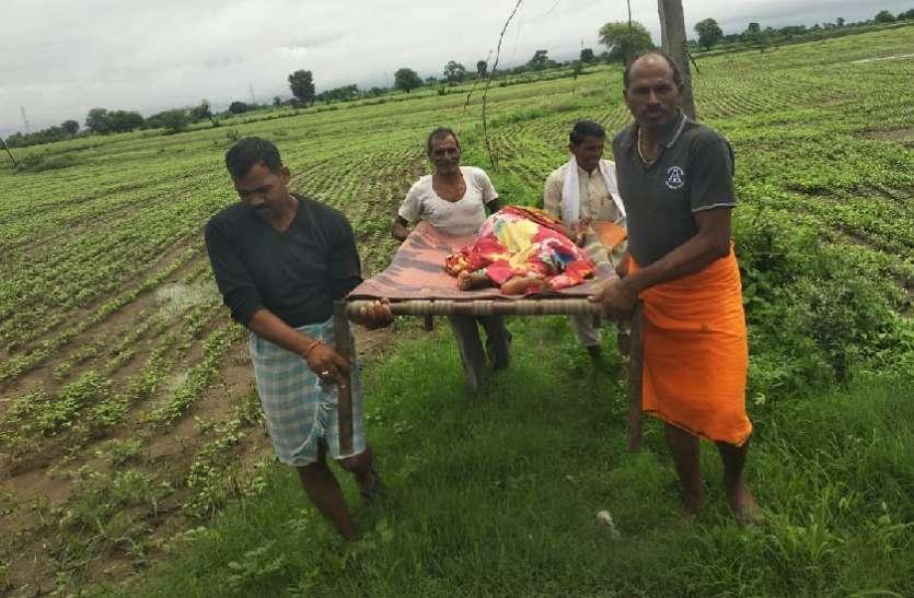वृद्धा को खाट पर लेटाकर खेतों में लगाई दौड़, द्रवित कर देगी यह दासतां