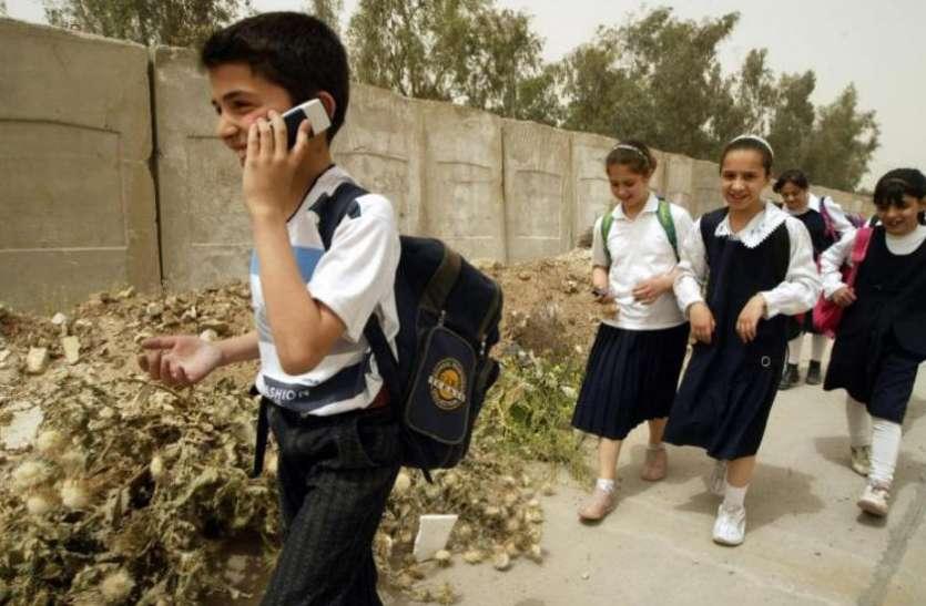 फ्रांस: टीचरों ने कहा पढ़ाई से ध्यान भटकाते हैं मोबाइल, स्कूल में इस्तेमाल करने पर लगेगा बैन