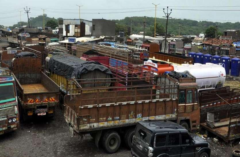 गुजरात में भी थमे ट्रकों के पहिया