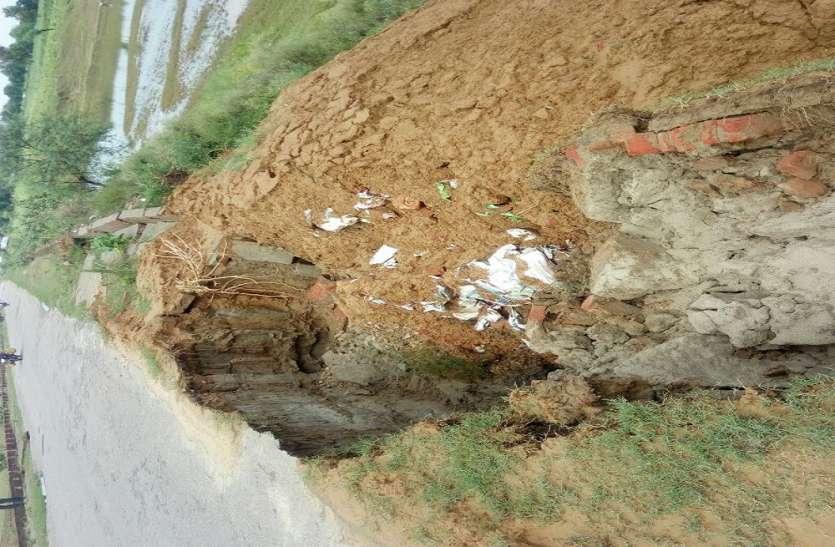 कोड़री पुल के दोनों तरफ बने एप्रोच मार्ग बुरी तरह से क्षतिग्रस्त, डीएम ने दिए जाँच के आदेश