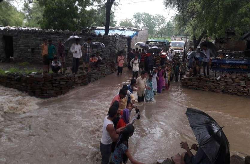 OMG: 6 घंटे की बारिश से नदी-नालों में आया उफान, 2 घंटे 200 बच्चों की अटकी जिंदगी