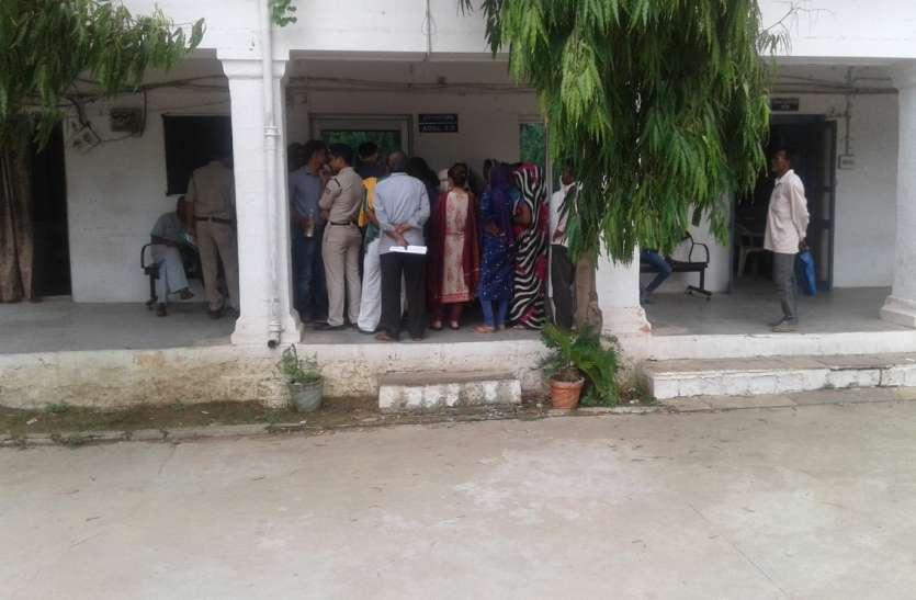 दलित दुष्कर्म पीड़िता को थाने से भगाया, एसपी ऑफिस में शिकायत के लिए दो घंटे लाइन में खड़ी रही गर्भवती किशोरी