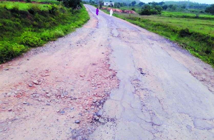 हुजणगेरे-हालगुड गांवों को जोडऩे वाली सड़क खस्ता