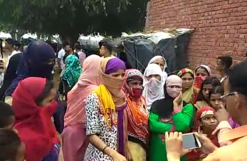 महिलाओं ने किया ठेके का विरोध, तालाब में फेंकी शराब