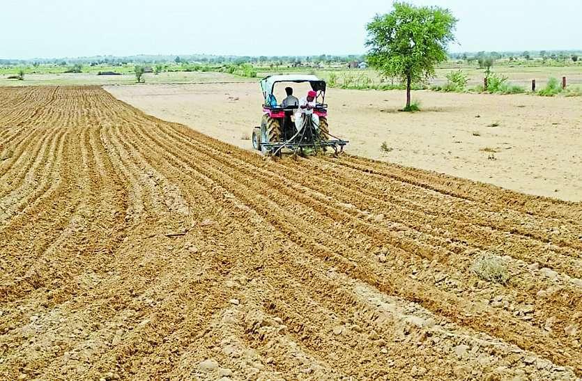 बारिश के बाद किसानों ने चलाए हल