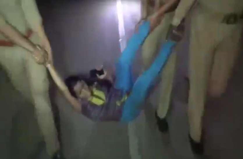 पुलिस का अमानवीय चेहराः मंदिर के पास खुल रहे शराब के ठेके का विरोध करने वाली महिलाआें पर टूटा कहर