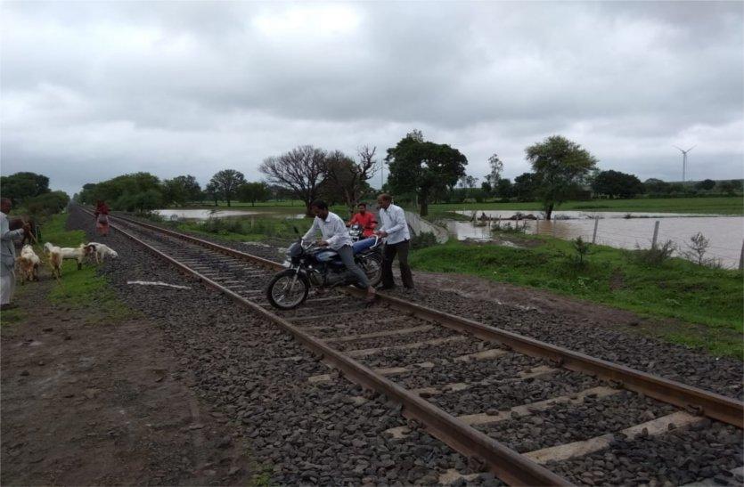 अंडर ब्रिज के कारण पल-पल ग्रामीण उठाते हैं खतरा