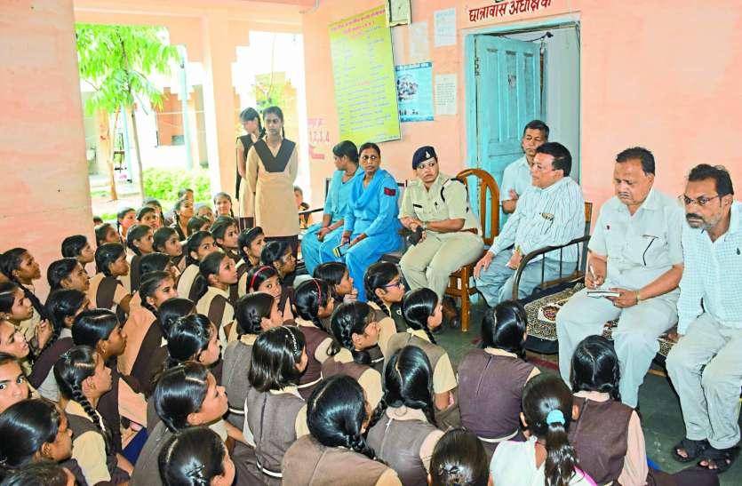 कर्मचारी समय पर नहीं देते खाना, क्वालिटी भी खराब, परेशान 125 छात्राओं ने एेसे किया विरोध