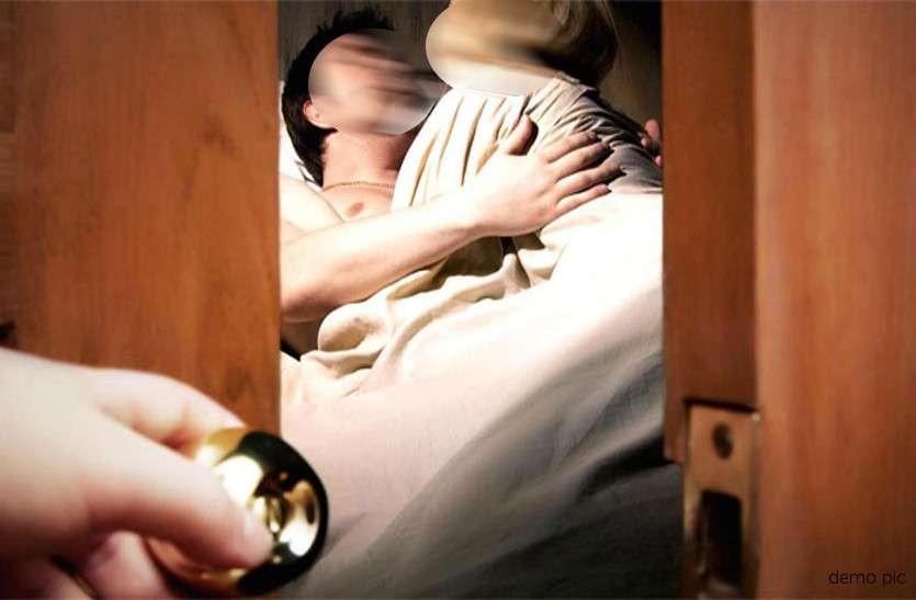 आधी रात जब बॉयफ्रेंड किसी और के साथ मना रहा था रंगरलियां, गर्लफ्रेंड ने पकड़ा रंगे हाथों फिर...