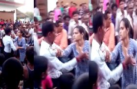 VIDEO: लड़की ने मजनू को मिलने बुलाया, पहुंचते ही कर दी चप्पलों की बौछार