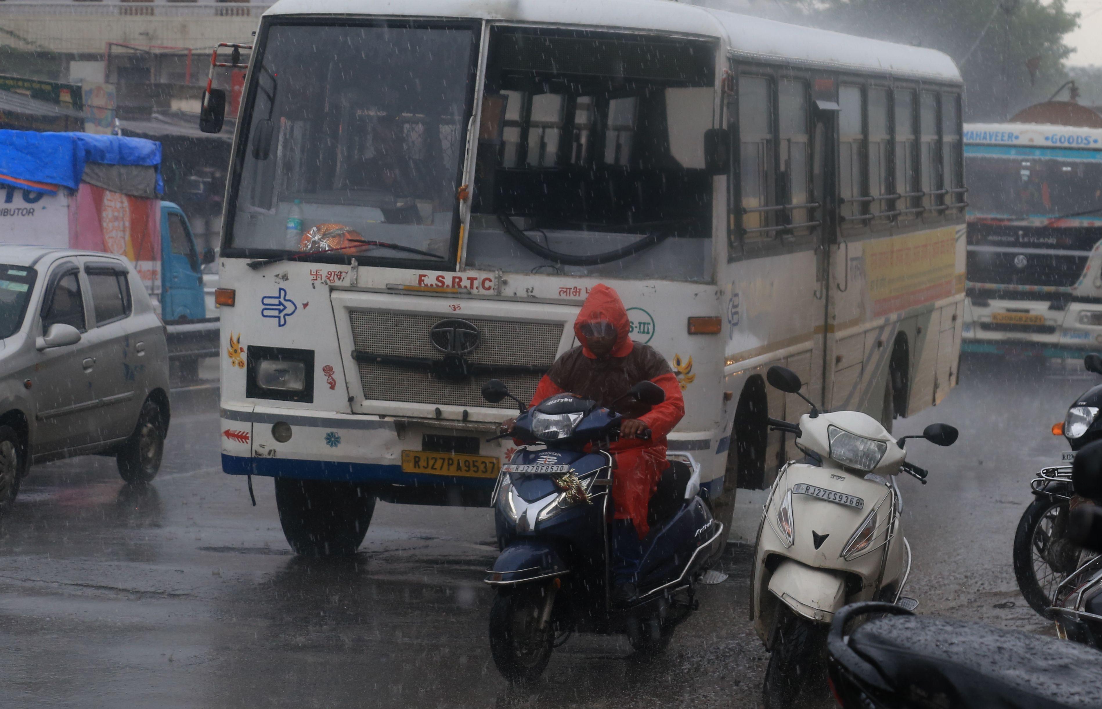 उदयपुर में घनघोर घटाओं से दिन में छाया अंधेरा, 15 मिनट तक तेज बौछारों के बाद शाम तक रुक-रुक कर रिमझिम का चला दौर
