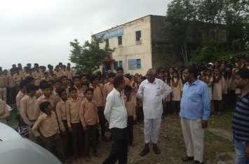 video : स्कूल में आधी रात में हुआ ये काम...सुबह बच्चे पहुंचे तब पता चला...ग्रामीणों ने की तालाबंदी