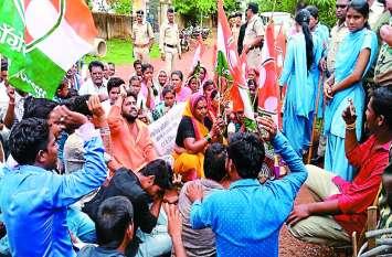 युवक कांग्रेस और मछुआरा समिति ने किया जोरदार प्रदर्शन, कार्रवाई की मांग पर कार्यालय के सामने डटे रहे