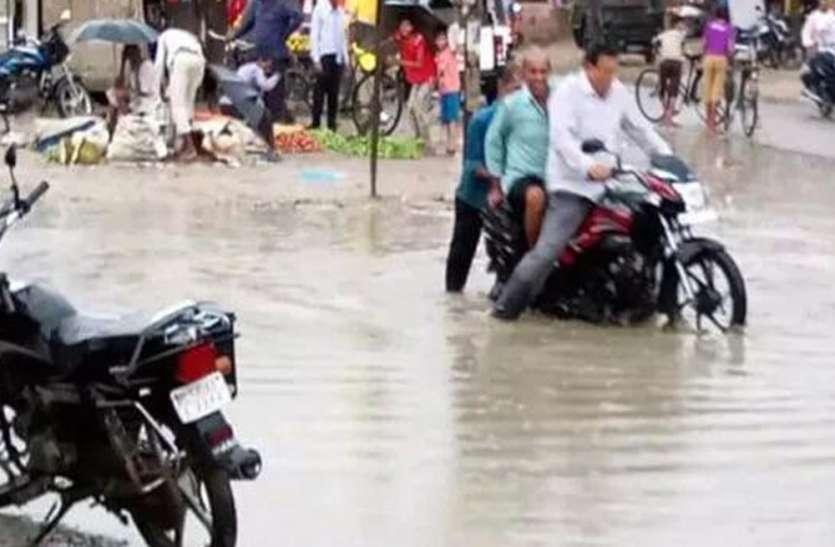 गंदे पानी का तालाब बन गई सड़क, चुनाव के बाद से गायब हैं विधायक