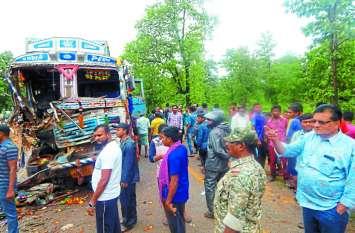 दो ट्रकों की आमने-सामने की हुई जबरदस्त भिड़ंत से उड़ गए परखच्चे, दोनों चालकों की दर्दनाक मौत