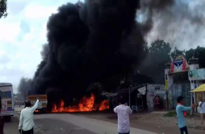 जौनपुर में ट्रेलर ने सात लोगों को कुचला पांच की मौत, गुस्सायी भीड़ ने लगायी आग