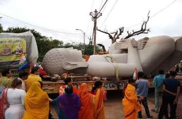 Breaking: मंदिर में जाने से पहले जब ट्रक में सवार हुए भगवान चंद्रप्रभ तो ऐसा दिखा आस्था का सैलाब