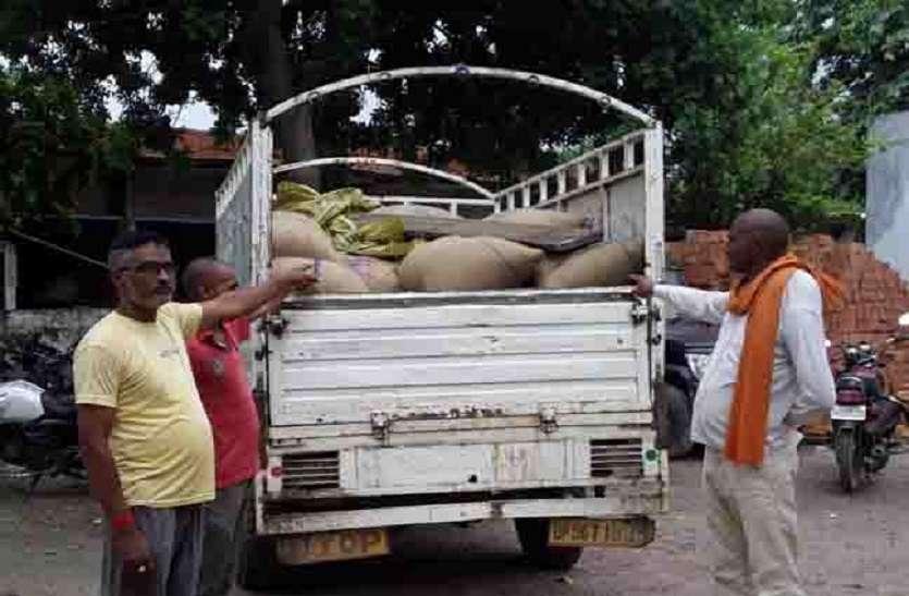 कालाबाजारी के खेल से उठा पर्दा, ग्रामीणों ने पकड़ा सरकारी खाद्यान्न