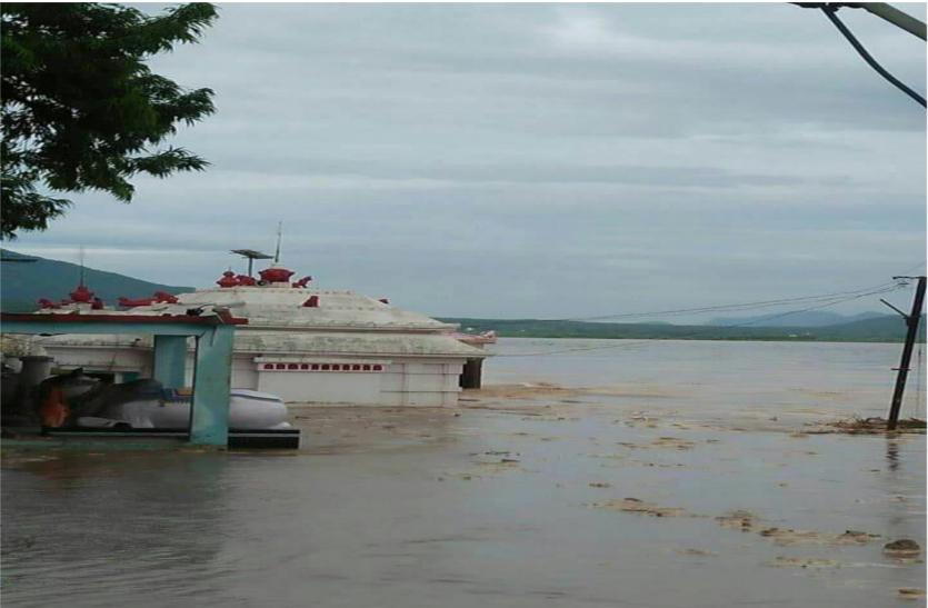 ओड़िशा में आफत बनी बारिश,नदियां बह रही खतरे के निशान से ऊपर,जलमग्न हुए मंदिर