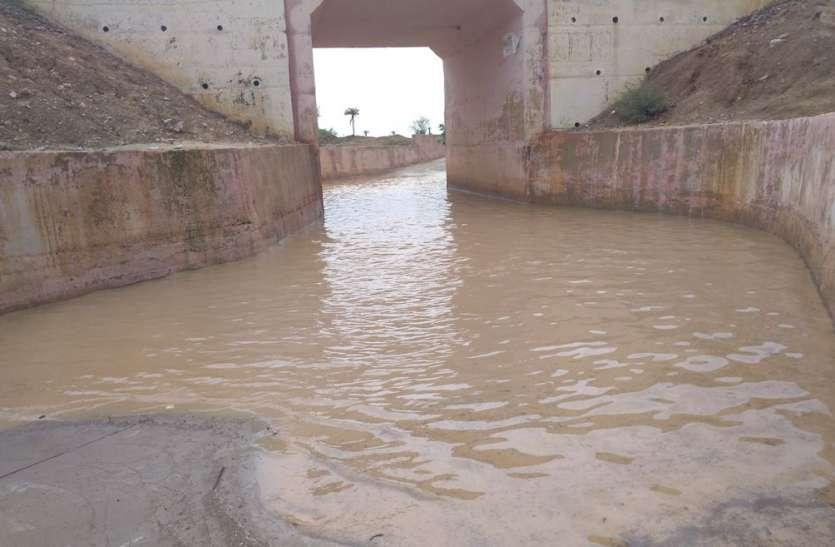 अण्डरपास में भरा पानी, लोग परेशान