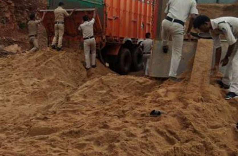 अभ्यारण्य क्षेत्र में अवैध रेत परिवहन करते तीन ट्रक जप्त