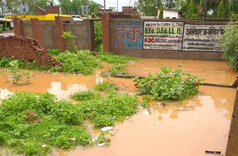 लघु उद्योग भारती सचिव ने बंद की निकासी, आधी रात 6 घरों में भरा नाली का पानी
