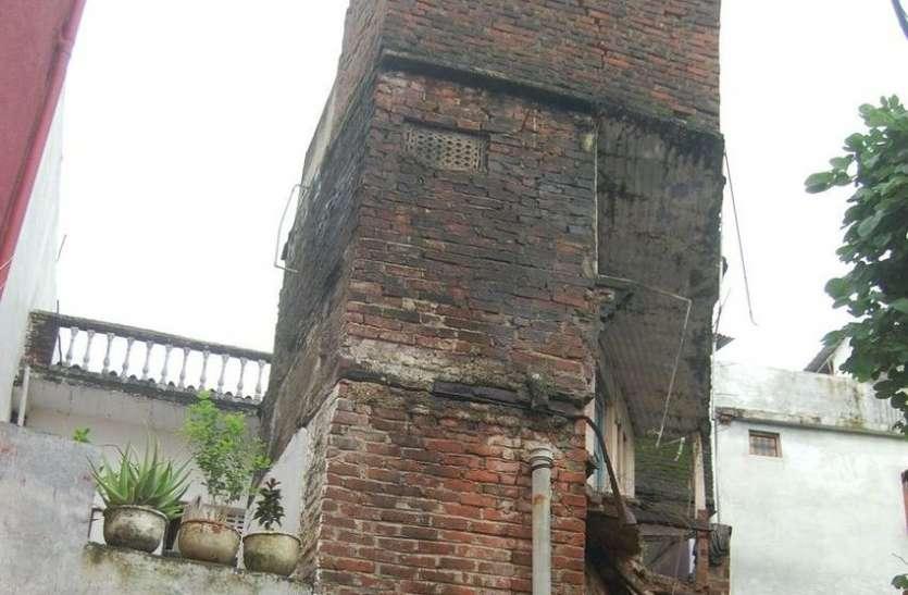 damaged buliding : जब गिरने लगी दीवार तब नपा ने ये किया...