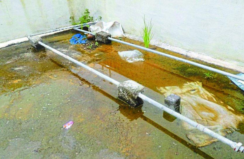 जिला अस्पताल की छत पर पनप रहा लार्वा, बिना ढक्कन की 15 टंकियां बढ़ा रहीं खतरा