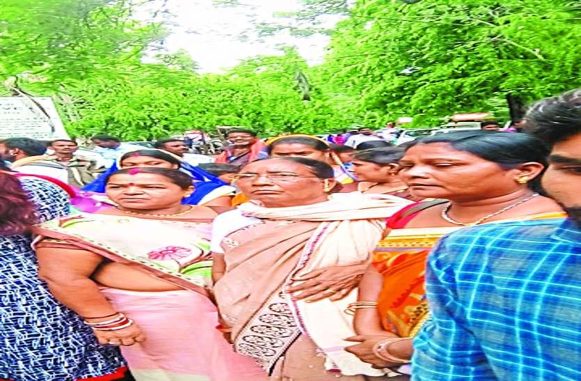 स्कूल की जमीन पर अवैध कब्जा, जनपद सदस्य पर ग्रामीणों ने लगाया आरोप