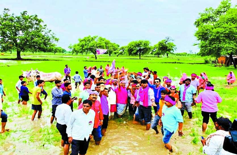 जनता कांग्रेस के नेताओं ने चलाया हल और किसानों के साथ काम में बंटाया हाथ