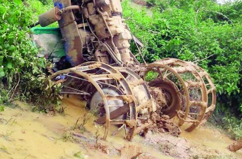 खेत की जोताई करते समय ट्रैक्टर पलटा, चालक की दबने से मौत