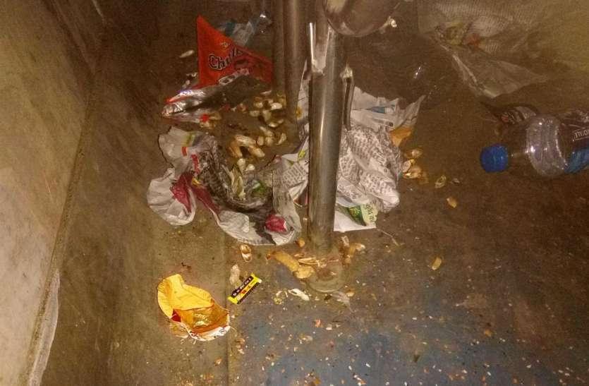 स्टेशनों पर दिनभर सफाई, डेमू और साधारण ट्रेन मार रही सड़ांध