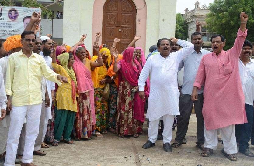 यहां लोगों ने विधायकों के खिलाफ प्रदर्शन कर फूंका पुतला, अगर नही हुई मांग पूरी तो मंत्रियों व जनप्रतिनिधियों के खिलाफ भी प्रदर्शन की दी चेतावनी