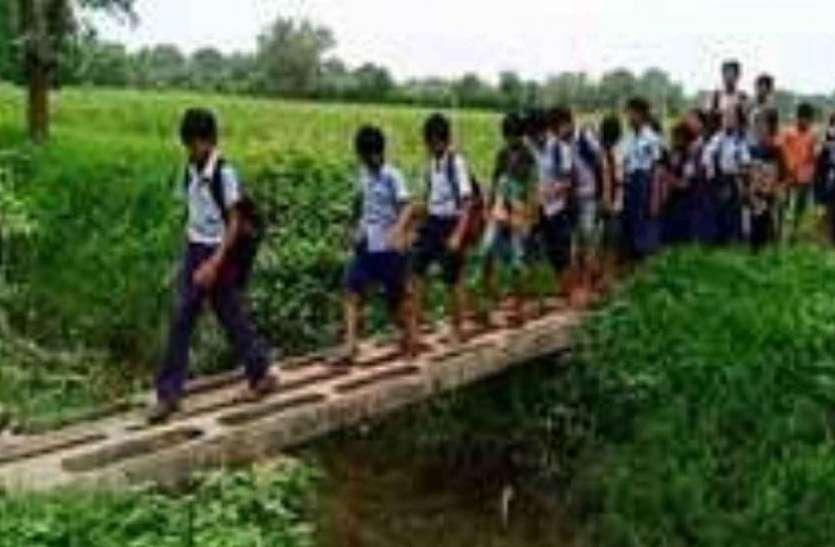दो किलोमीटर तक कीचड़ से गुजरना पड़ता है विद्यार्थियों को