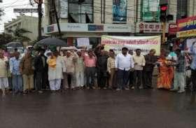 सरकार के खिलाफ सडक़ पर उतरे हुकमचंद मिल मजदूर, बारिश में चलाया अभियान
