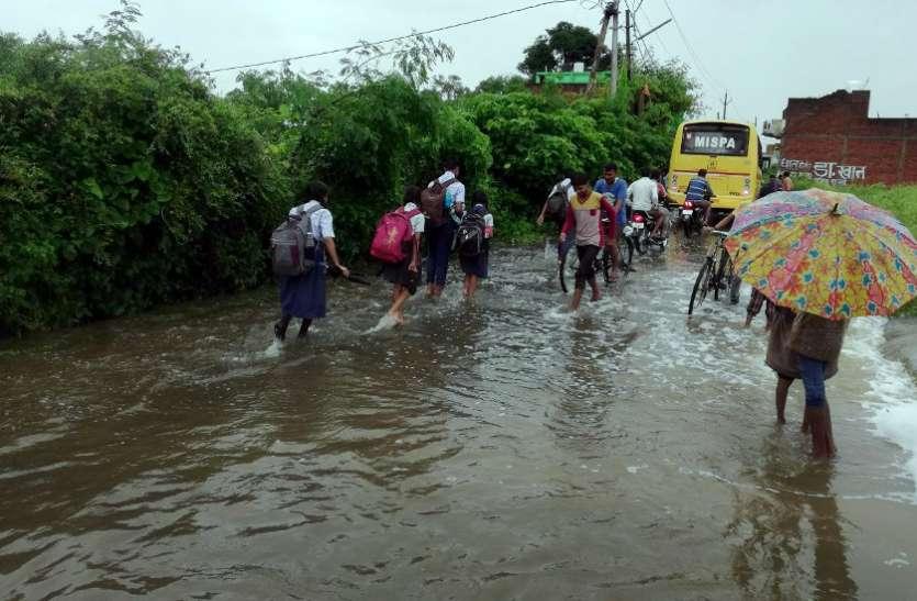 बारिश का कहर, यहां खतरनाक हुई नदी पूरी तहसील को बना लिया बंधक - देखें वीडियो