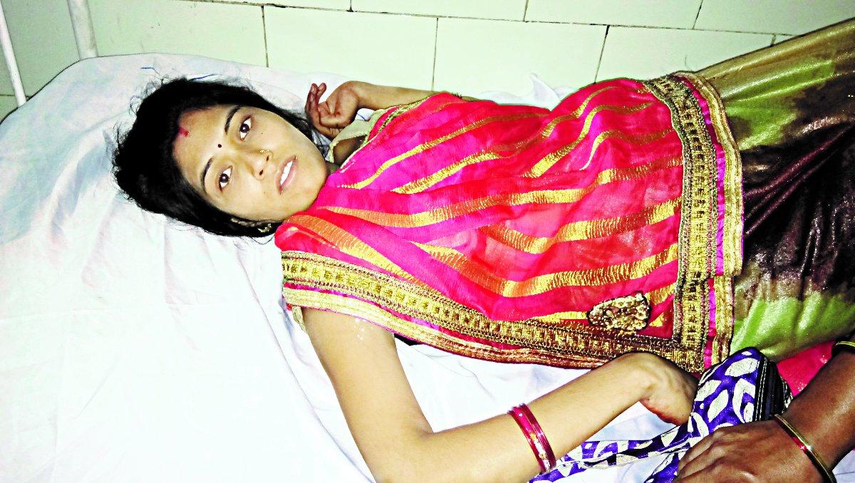 गर्भवती पत्नी के सामने पति की हत्या, पत्नी को भी लात-घूसों से पीटा