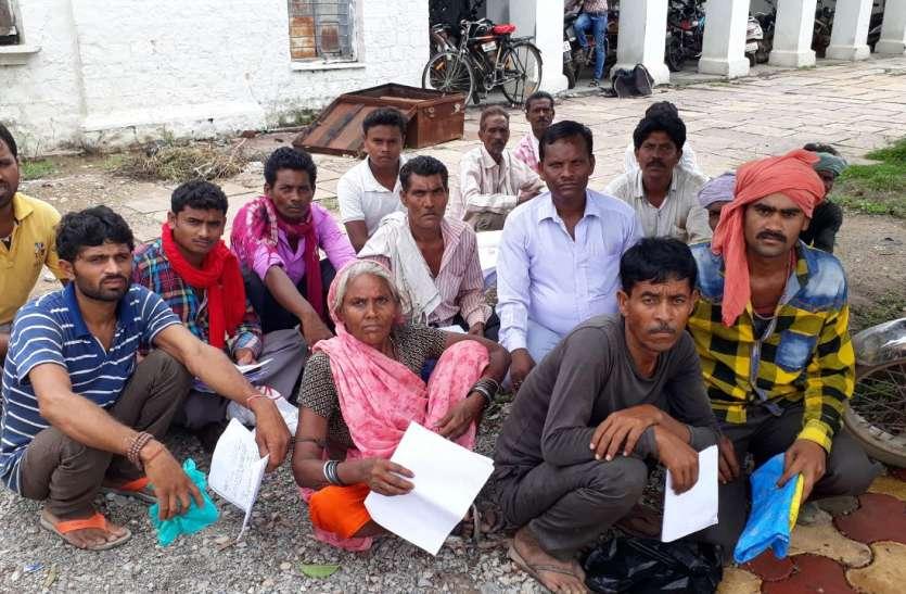 प्रधानमंत्री आवास की लिस्ट से चालीस गांव बाहर, आशियाना के लिए अफसरों की चौखट पर गिड़गिड़ा रहे गरीब