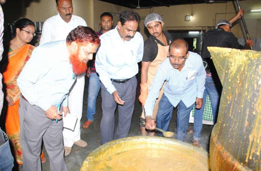 राज्य खाद्य आयोग के सदस्यों को केंद्रीयकृत रसोई घर में मिली जली रोटियां, चावल में कीड़े मिलने से भडक़े सदस्य